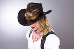 Cowboyhut schwarz, mit Federn ca. 59